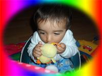 Mehmet Sertkaya Zeynep Sertkaya - Çocuklar oyuncaklar ağzına götürdüğü için oyuncakların malzemesine ve sivri olmamasına dikkat edin - Mehmet Sertkaya oyun oynuyor